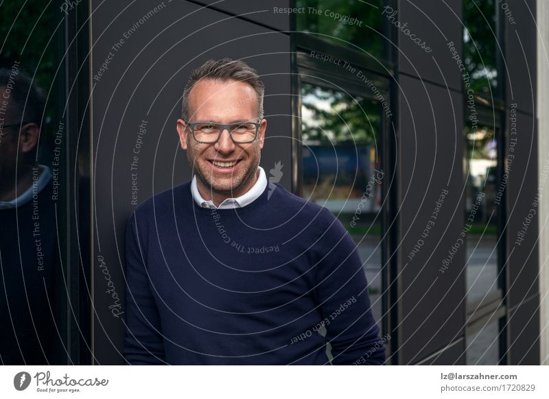Mensch Mann Gesicht Erwachsene Glück Business maskulin Textfreiraum Lächeln Brille Freundlichkeit Geschäftsmann anlehnen 30-45 Jahre mittleren Alters