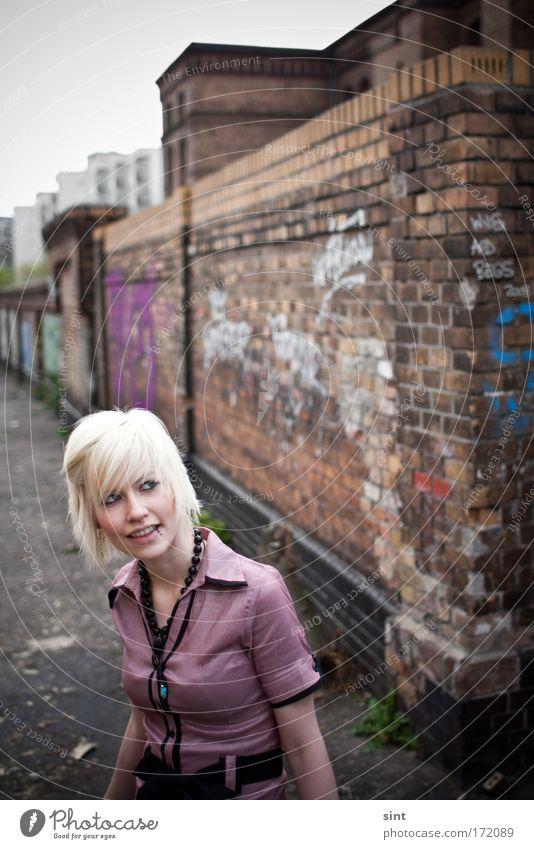 im hinterhof Mensch Jugendliche schön Stadt feminin Wand träumen Mauer blond Erwachsene rosa elegant Fröhlichkeit ästhetisch Coolness