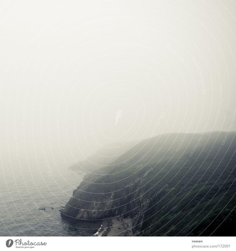 mystic ireland Farbfoto Gedeckte Farben Textfreiraum oben Textfreiraum Mitte Tag Natur Landschaft schlechtes Wetter Nebel Regen Wald Hügel Felsen