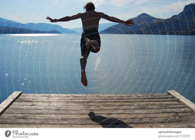 Jump into cold water Farbfoto Außenaufnahme Textfreiraum links Textfreiraum rechts Tag Licht Schatten Kontrast Silhouette Reflexion & Spiegelung Sonnenlicht