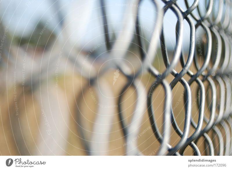 Ausgesperrt grau Metall Schilder & Markierungen Perspektive Industrie Sicherheit Ordnung nah bedrohlich Baustelle Schutz stark Stahl Zaun Kette gefangen