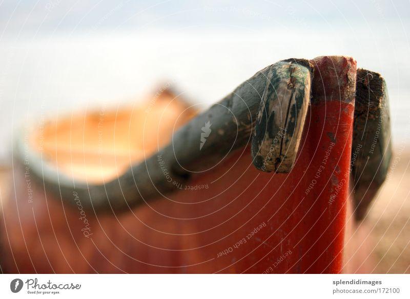 red boat Farbfoto Außenaufnahme Menschenleer Textfreiraum oben Tag Sonnenlicht Schwache Tiefenschärfe Weitwinkel Schifffahrt Bootsfahrt Fischerboot Beiboot