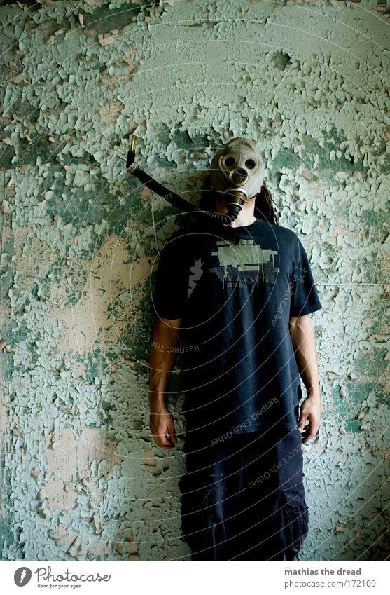 936/944 Mensch alt blau grün Erwachsene Farbe kalt dunkel Wand Mauer Fassade maskulin außergewöhnlich stehen Kabel bedrohlich