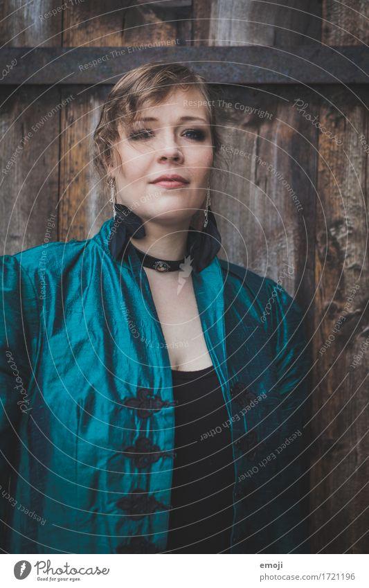 Madina feminin Frau Erwachsene 1 Mensch 18-30 Jahre Jugendliche Mode dunkel majestätisch Farbfoto Außenaufnahme Tag Porträt Oberkörper Blick in die Kamera