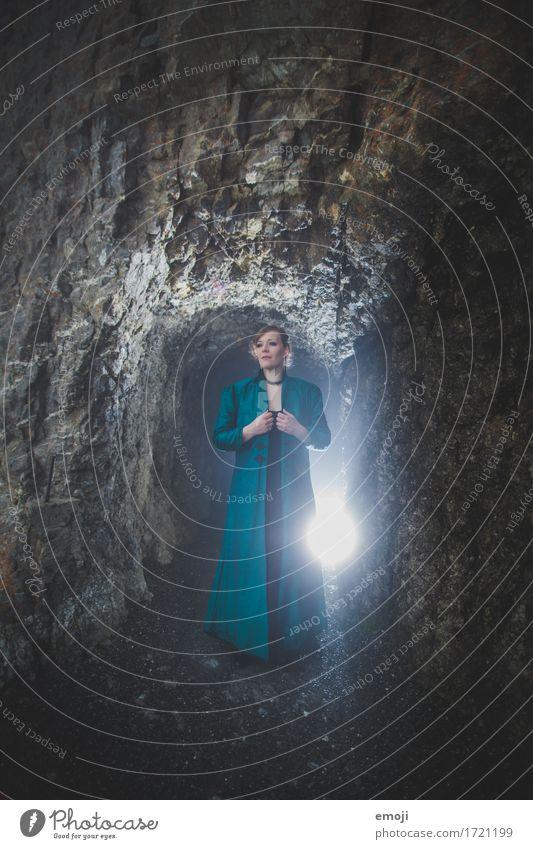 Madina feminin Frau Erwachsene 1 Mensch 18-30 Jahre Jugendliche 30-45 Jahre Felsen Kleid außergewöhnlich dunkel kalt Höhle Künstler Farbfoto Außenaufnahme