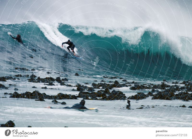 surfer takes off Wasser Sport kalt Afrika Wellen Wind bedrohlich Mut Meer Surfen Surfer Wassersport Atlantik Riff Südafrika Kapstadt