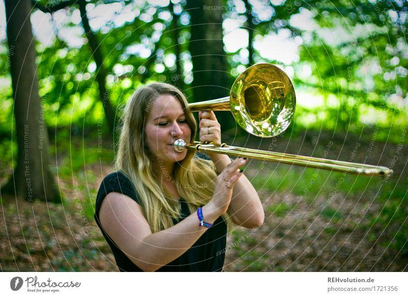 Jacki | Posaune Freizeit & Hobby Mensch feminin Junge Frau Jugendliche 1 18-30 Jahre Erwachsene Kunst Kultur Musik Musiker Umwelt Natur Wald blond langhaarig