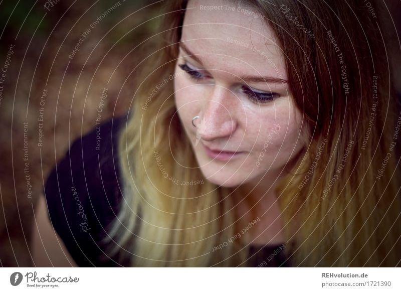 Jacki | von oben Mensch feminin Junge Frau Jugendliche Haare & Frisuren Gesicht 1 18-30 Jahre Erwachsene Piercing blond langhaarig Denken schön Traurigkeit