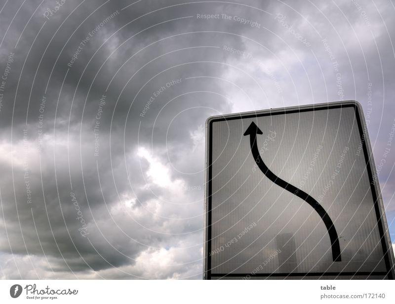 Direktverbindung Himmel weiß Wolken schwarz grau Luft Wetter Schilder & Markierungen Verkehr gefährlich Lifestyle bedrohlich fahren Bar beobachten Pfeil