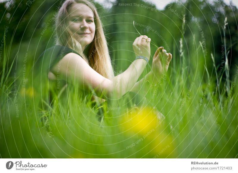 Jacki | auf der Wiese Mensch feminin Junge Frau Jugendliche 1 18-30 Jahre Erwachsene Umwelt Sommer Blume Gras Haare & Frisuren blond langhaarig Erholung Lächeln