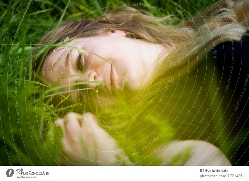 Jacki | im Gras Mensch feminin Junge Frau Jugendliche Gesicht 1 18-30 Jahre Erwachsene Umwelt Natur Pflanze Wiese blond langhaarig Erholung Lächeln liegen