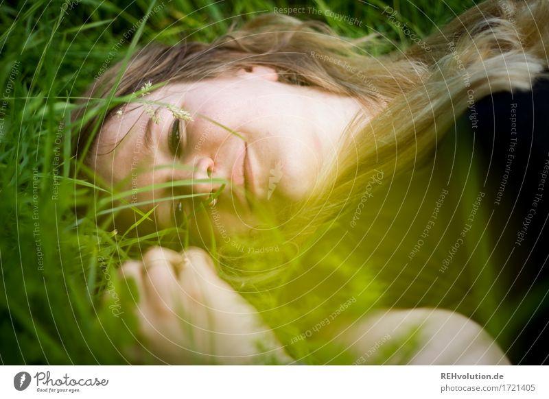 Jacki | im Gras Mensch Natur Jugendliche Pflanze Junge Frau Erholung Freude 18-30 Jahre Gesicht Erwachsene Umwelt Gefühle Wiese feminin Gesundheit