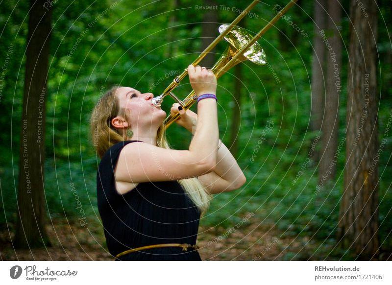 Jacki | und die Posaune Mensch Frau Natur Jugendliche Pflanze Sommer Junge Frau Baum Landschaft Freude Wald 18-30 Jahre Erwachsene Umwelt feminin Spielen