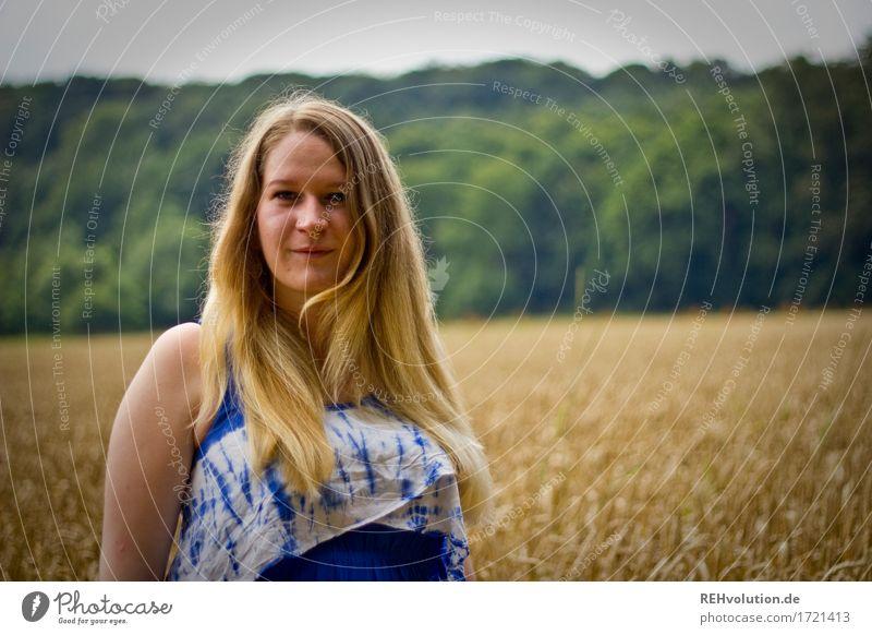 Jacki vor dem Feld Mensch feminin Junge Frau Jugendliche Haare & Frisuren Gesicht 1 18-30 Jahre Erwachsene Umwelt Natur Landschaft Kleid blond langhaarig