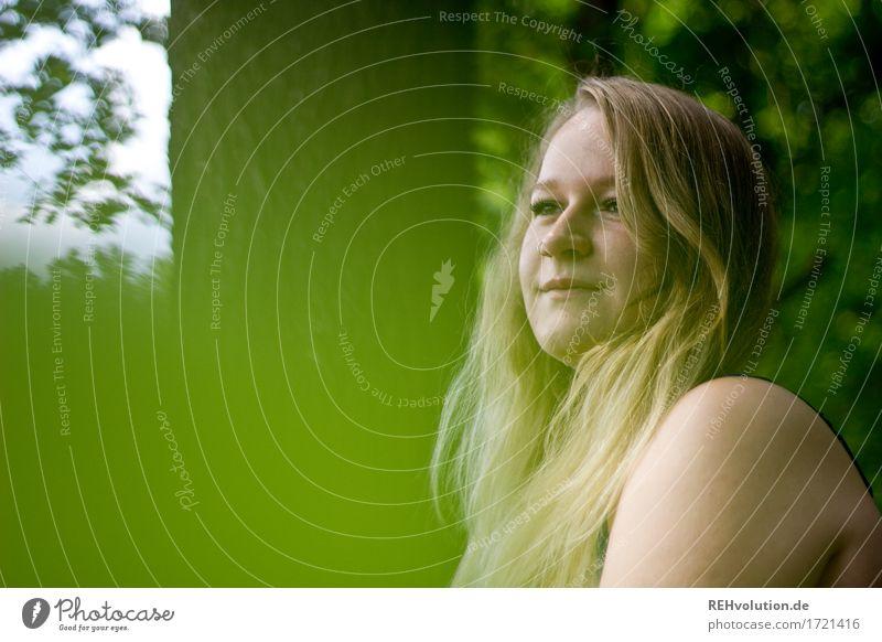 Jacki | sieht in die Ferne Mensch feminin Junge Frau Jugendliche Haare & Frisuren Gesicht 1 18-30 Jahre Erwachsene Umwelt Natur Landschaft Sommer Baum Blatt