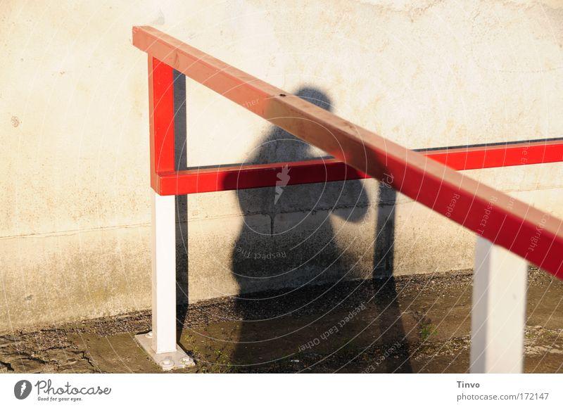 Absperrung rot Wand Mauer Metall dreckig Sicherheit außergewöhnlich Parkplatz Barriere Schranke Begrenzung verankern Metallstange