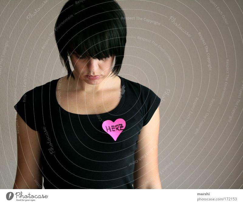 HERZ.en Frau Mensch Liebe Einsamkeit feminin Gefühle träumen Kopf Traurigkeit Stimmung Herz warten Erwachsene rosa stehen Leidenschaft