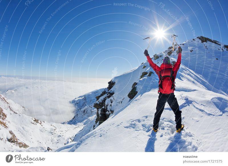 Mountaineer erreicht die Spitze eines schneebedeckten Berges Abenteuer Expedition Sonne Winter Schnee Berge u. Gebirge Sport Klettern Bergsteigen Erfolg Mann