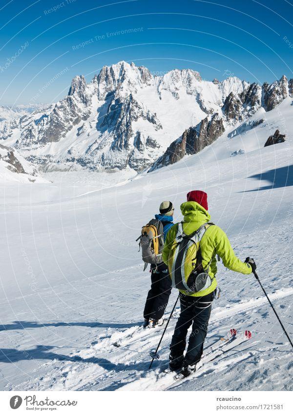Himmel Natur Ferien & Urlaub & Reisen Mann grün weiß Landschaft Winter Berge u. Gebirge Erwachsene Sport Schnee Felsen stehen Aussicht Abenteuer