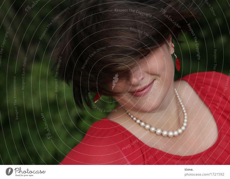 Maria feminin 1 Mensch Wald Hemd Schmuck Ohrringe Halskette brünett langhaarig Bewegung drehen fliegen Lächeln Glück lustig positiv schön Fröhlichkeit