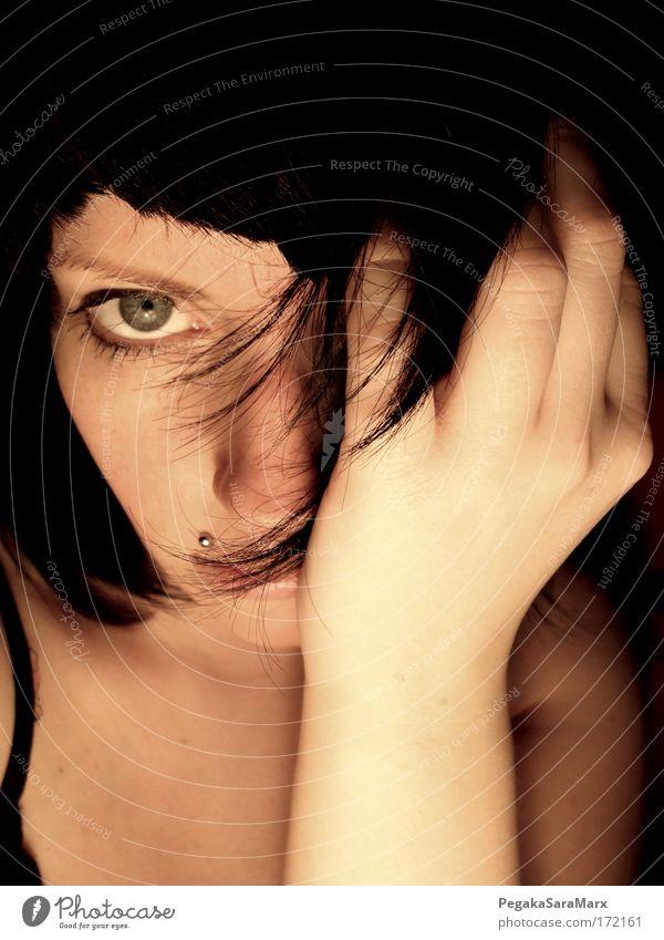 verstecken Gedeckte Farben Innenaufnahme Kunstlicht Porträt Blick in die Kamera Haare & Frisuren Gesicht feminin Junge Frau Jugendliche Erwachsene Haut Kopf
