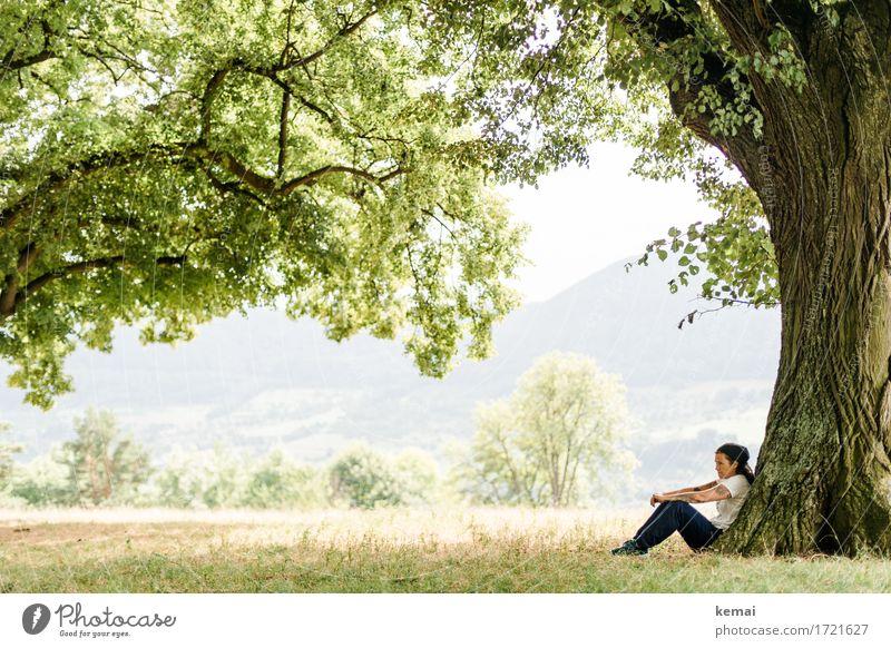 Rauscht die Erde wie in Träumen Mensch Frau Natur Ferien & Urlaub & Reisen Sommer grün Baum Erholung Einsamkeit ruhig Erwachsene Leben Lifestyle Traurigkeit