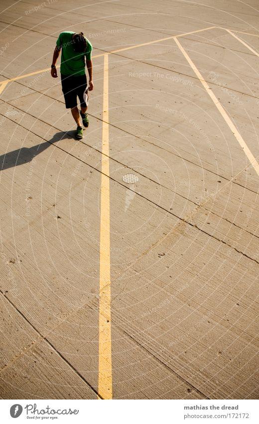 WALK THE LINE Mensch Jugendliche Erwachsene Sport Spielen Linie Freizeit & Hobby Beton maskulin Lifestyle 18-30 Jahre T-Shirt Ball Hose Junger Mann