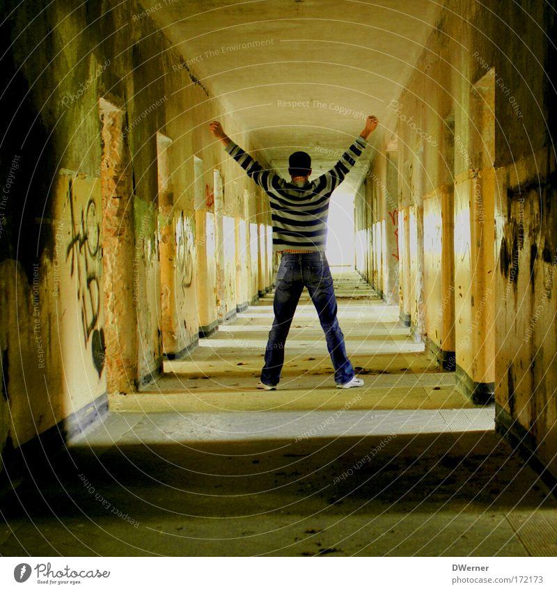schöner wohnen Mensch Jugendliche Freude Erwachsene Haus Leben Wand Mauer Rücken Wohnung Innenarchitektur maskulin Erfolg Hoffnung Held Vergänglichkeit