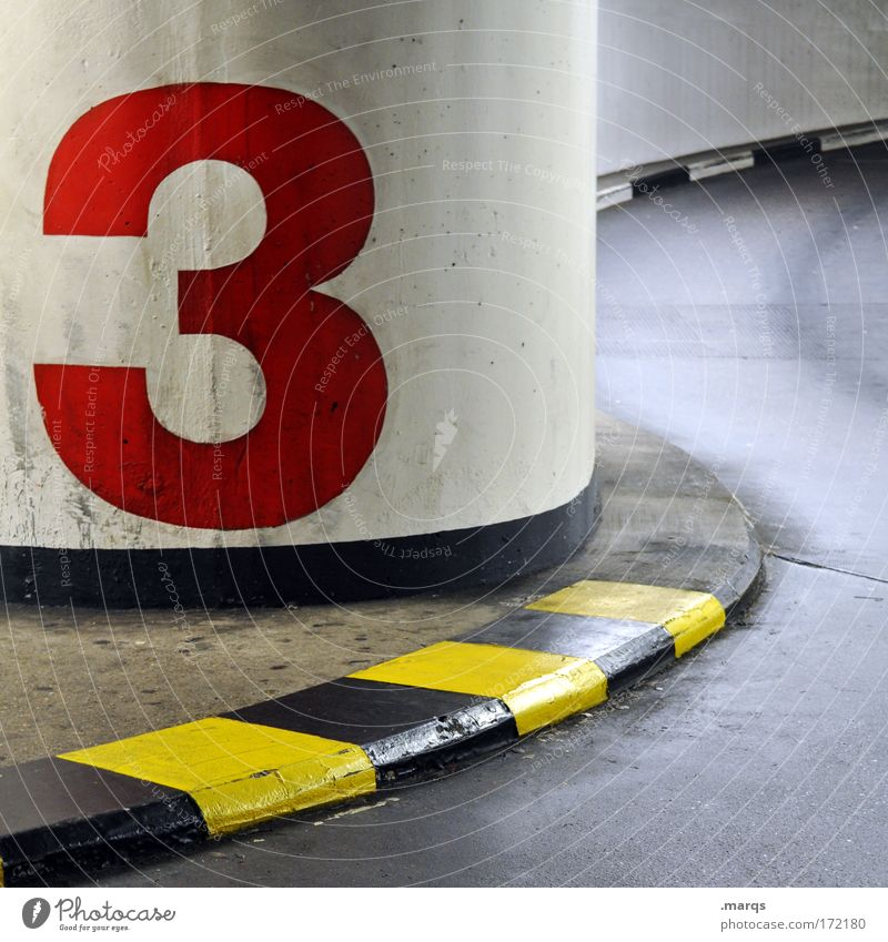 3 Farbfoto mehrfarbig Innenaufnahme Menschenleer Sitzung Umwelt Parkhaus Gebäude Verkehr Verkehrswege Autofahren Straße Ziffern & Zahlen Schilder & Markierungen