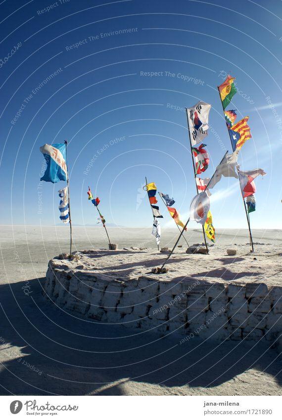 Gedankenreise Natur Landschaft Erde Himmel Wolkenloser Himmel Horizont Klima Schönes Wetter Wüste Salzwüste Salar de Uyuni Stein Fahne außergewöhnlich frei