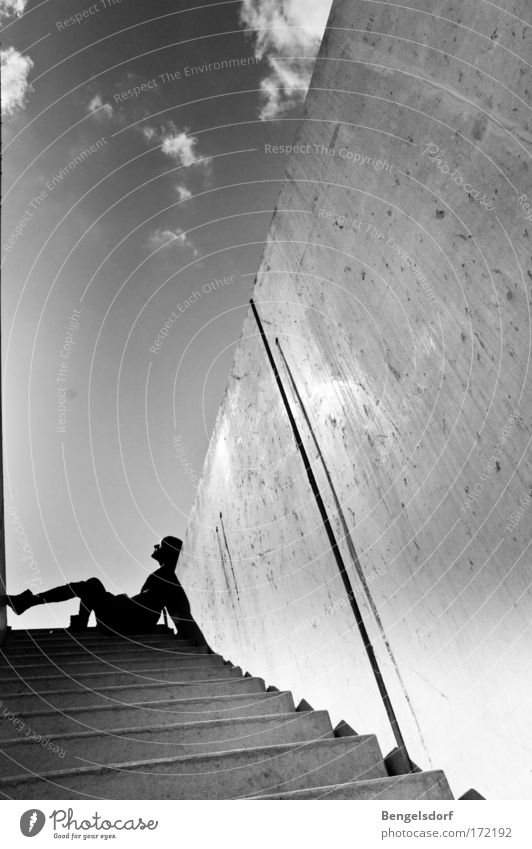 Ganz weit oben ein Vogel Mensch Jugendliche Wolken feminin Wand Mauer Denken Luft Erwachsene Treppe liegen Lebensfreude genießen Leichtigkeit stagnierend