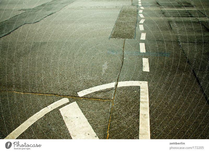 Fahrbahnmarkierung alt Straße Linie Straßenverkehr Schilder & Markierungen Verkehr Ausflug Platz Asphalt Geometrie Riss Regel Textfreiraum Verkehrszeichen