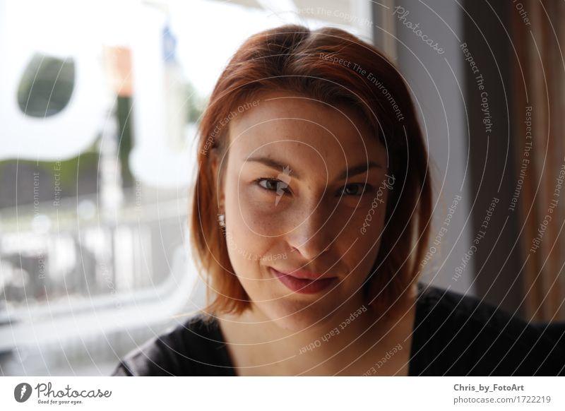 chris_by_fotoart Junge Frau Jugendliche Erwachsene 1 Mensch 18-30 Jahre Landkreis Esslingen Café T-Shirt Ohrringe rothaarig langhaarig Lächeln Blick Coolness
