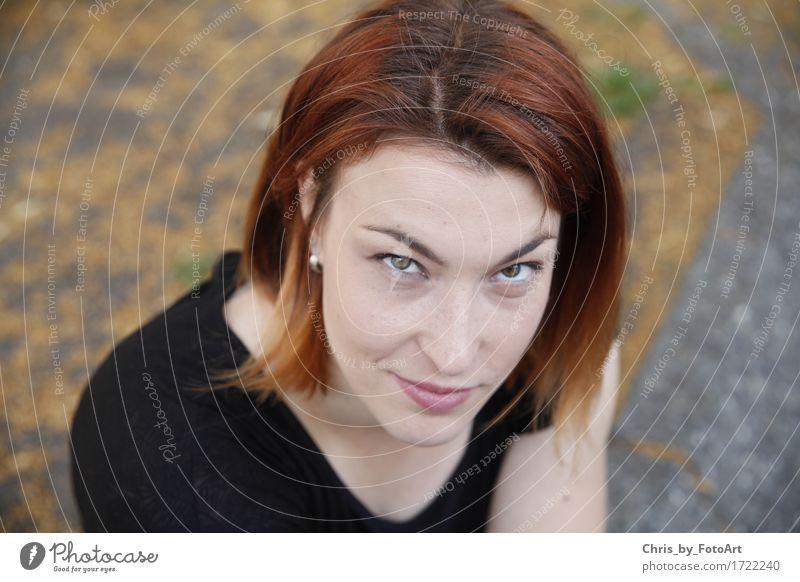 chris_by_fotoart feminin Junge Frau Jugendliche Erwachsene 1 Mensch 18-30 Jahre Landkreis Esslingen T-Shirt Ohrringe brünett rothaarig langhaarig Lächeln Blick