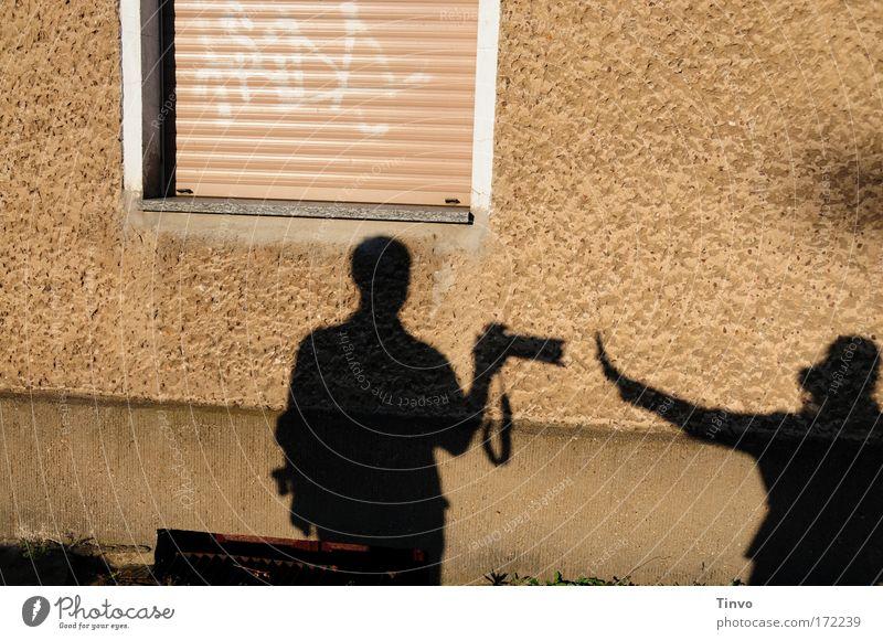 Paparazzo Farbfoto Außenaufnahme Dämmerung Licht Schatten Kontrast Silhouette Mensch 2 Printmedien Zeitung Zeitschrift schwarz Handel Konkurrenz abwehrend