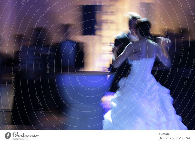 lass uns ein Leben lang so weiter tanzen Farbfoto Innenaufnahme Textfreiraum links Textfreiraum unten Textfreiraum Mitte Abend Dämmerung Nacht Kunstlicht