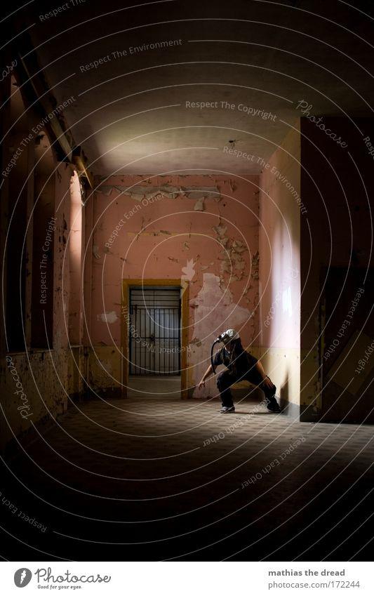 PRETTY IN PINK Mensch Mann Einsamkeit Erwachsene Fenster Wand Architektur Mauer Tür rosa Angst warten maskulin Hoffnung 18-30 Jahre Fliesen u. Kacheln