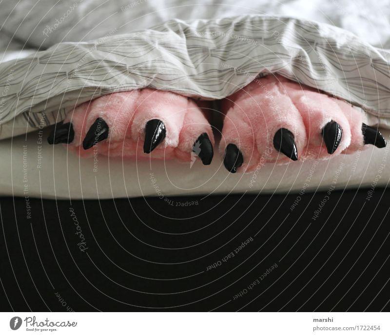 MonsterNacht Lifestyle Freizeit & Hobby Wohnung Mensch Tier Gefühle Stimmung Hausschuhe rosa Schlafzimmer Bett Bettdecke Krallen lustig Humor schlafen