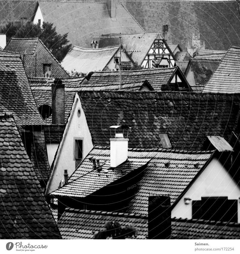 Lauda Däscha Schwarzweißfoto Außenaufnahme Detailaufnahme Strukturen & Formen Stadt Altstadt Haus Gebäude Dach trist Regen nass Dachziegel kalt Tag Schornstein