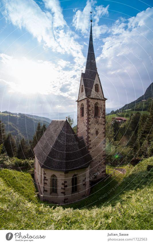 Dorfkirche Natur Wolken Sonne Sommer Schönes Wetter Baum Gras Sträucher Wald Felsen Alpen Berge u. Gebirge Menschenleer Kirche Bauwerk Gebäude Architektur Mauer