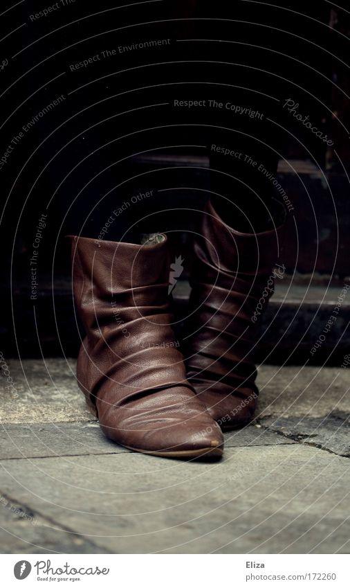 These Shoes... Frau Stil Fuß Schuhe braun gehen Tür elegant Coolness stehen Boden Bodenbelag Hautfalten Stiefel Leder