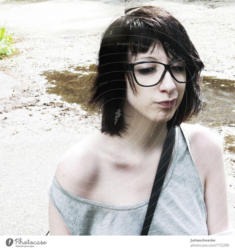 Mutter, nerv nicht Frau Sonne Gesicht grau Gesichtsausdruck Brille Schulter Natur Zwinkern bleich Grimasse skeptisch Zweifel beleidigt genervt Schlüsselbein