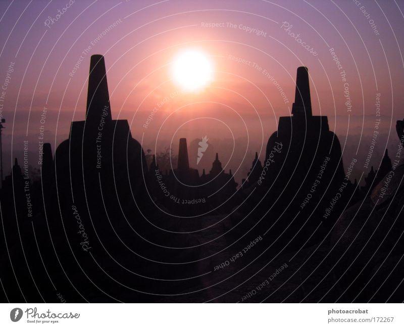 Indonesische Magie Farbfoto Außenaufnahme Morgendämmerung Licht Silhouette Gegenlicht Sonnenaufgang Sonnenuntergang Nebel Ruine Tempel Sehenswürdigkeit