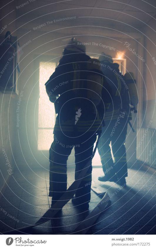 Im Einsatz Gedeckte Farben Innenaufnahme Licht Kontrast Gegenlicht Starke Tiefenschärfe Feuerwehrmann Atemschutzmaske Mensch Mann Erwachsene 2 Haus Uniform