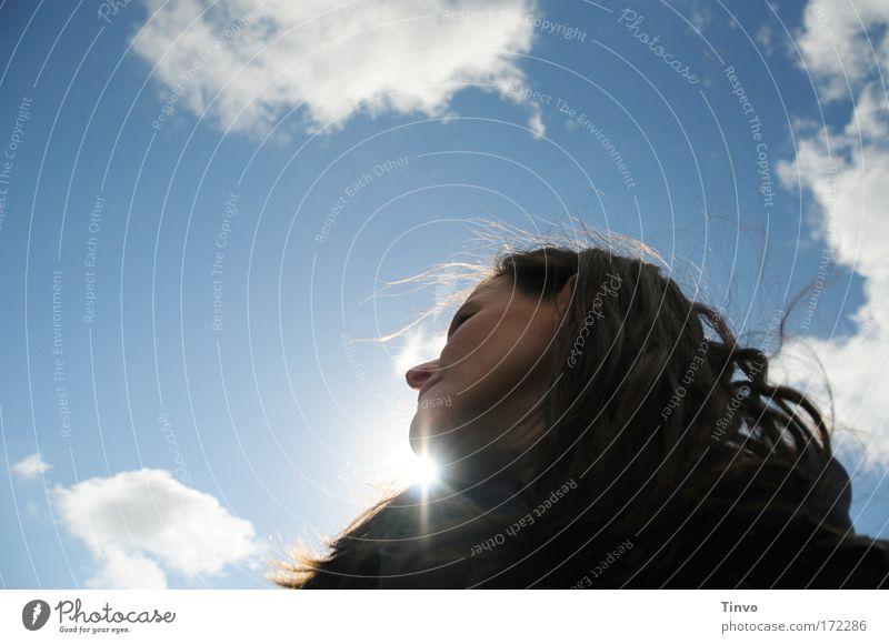 under the blue sky Frau Mensch Himmel Sonne Gesicht ruhig Wolken feminin Freiheit Glück Haare & Frisuren träumen Kopf Zufriedenheit Erwachsene Wind