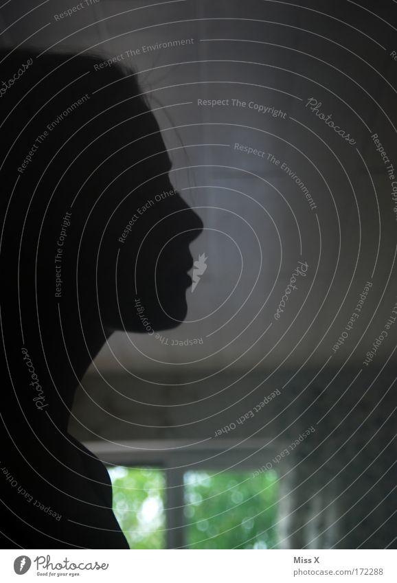 Profil Frau Mensch Jugendliche Einsamkeit feminin Fenster Haare & Frisuren Traurigkeit Raum Angst Haut Erwachsene Wohnung Trauer