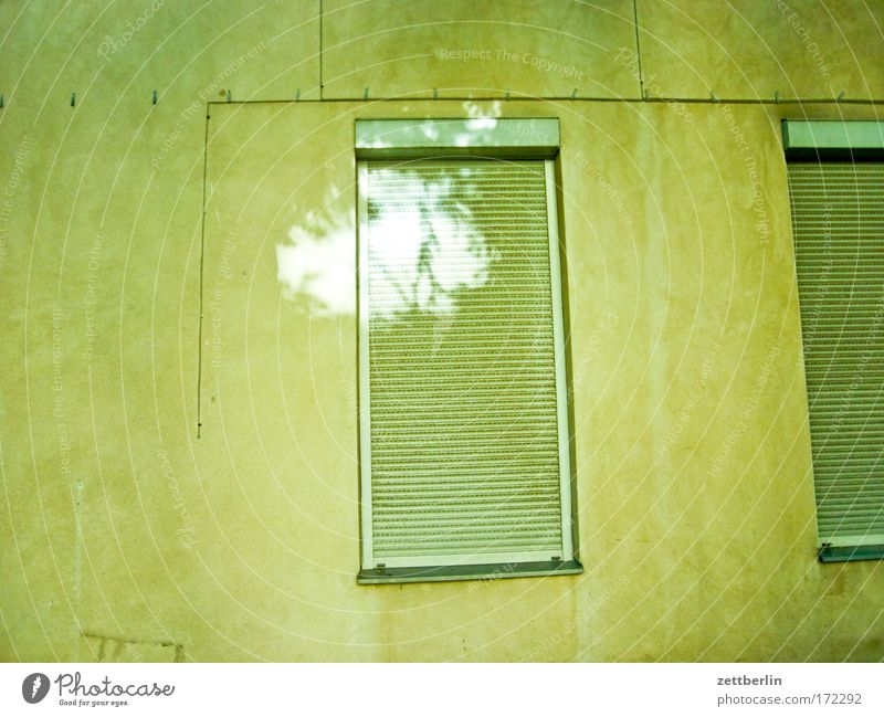 Etwas Licht Hof Hinterhof Haus Stadthaus Mieter Vermieter mietspiegel Mietrecht Fenster Jalousie Rollladen Rollo geschlossen Ferien & Urlaub & Reisen