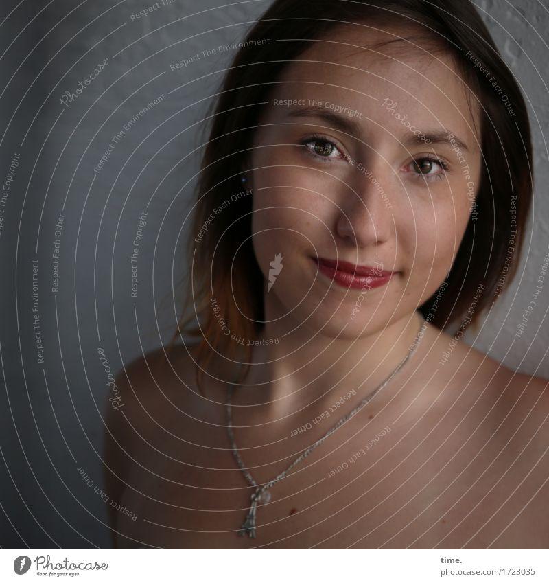 . feminin Frau Erwachsene 1 Mensch Mauer Wand Schmuck Halskette brünett langhaarig beobachten Lächeln Blick Freundlichkeit schön Wärme Zufriedenheit