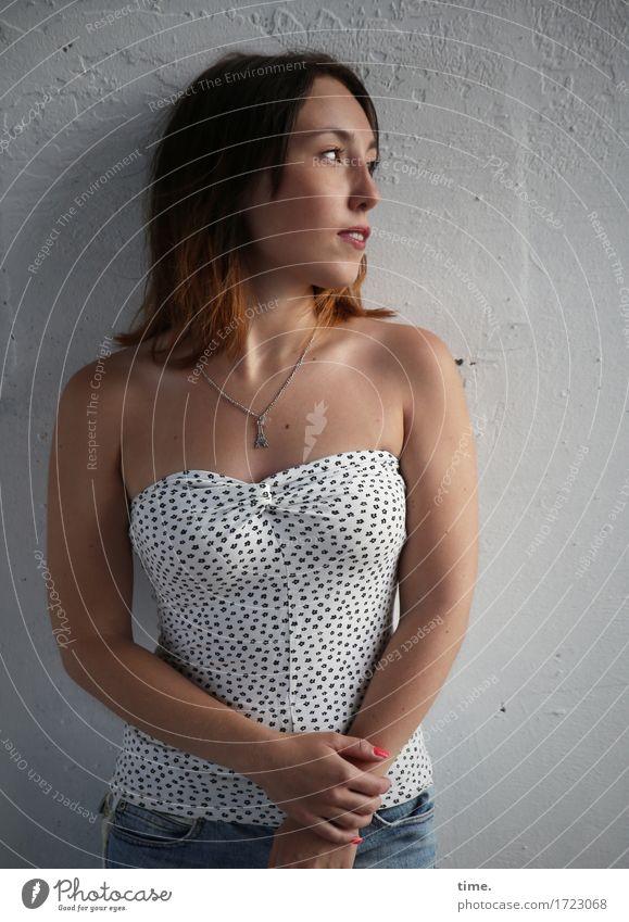 . Mensch Stadt schön Erholung ruhig Wand feminin Mauer Zeit stehen warten beobachten Neugier Gelassenheit Vertrauen Jeanshose