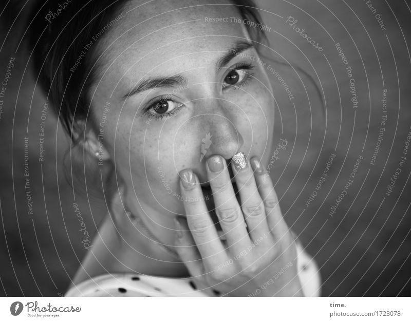 . Mensch schön Leben feminin Haare & Frisuren elegant beobachten Neugier Kleid entdecken Überraschung Konzentration Wachsamkeit langhaarig Schmuck brünett